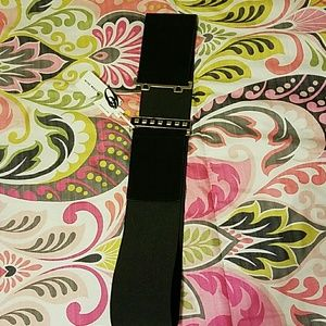 Wide elastic black belt with chrome and black